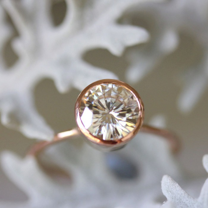 how to tell the difference between moissanite and cz