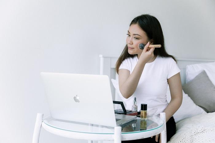 8 conseils pour retoucher votre maquillage à midi